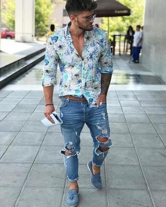 Comment porter: chemise à manches longues à fleurs bleu clair, jean skinny déchiré bleu, mocassins à pampilles en daim bleus, ceinture en cuir marron clair