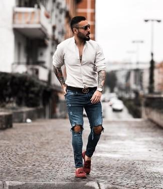 Comment porter: chemise à manches longues beige, jean skinny déchiré bleu marine, mocassins à pampilles en daim bordeaux, ceinture en cuir noire