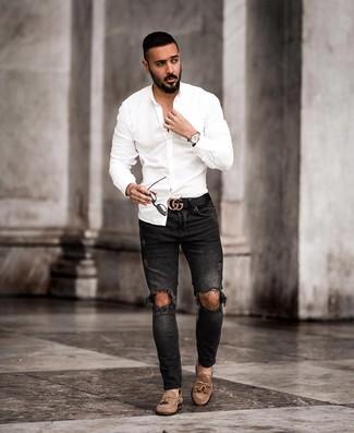 Comment porter: chemise à manches longues blanche, jean skinny déchiré noir, mocassins à pampilles en daim marron, ceinture en cuir noire