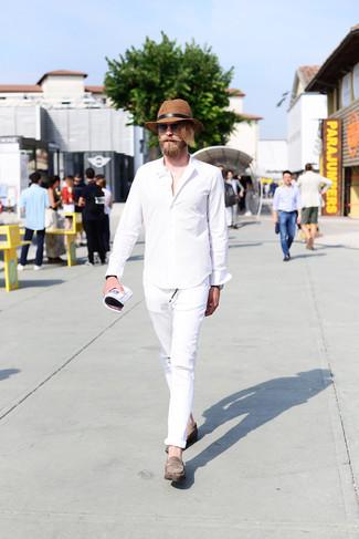 Comment porter: chemise à manches longues blanche, jean déchiré blanc, slippers en daim gris, chapeau de paille marron