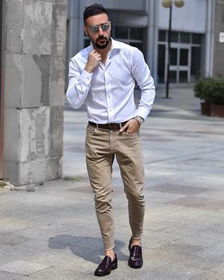 Comment porter: chemise à manches longues blanche, jean marron clair, slippers en cuir pourpre foncé, ceinture en cuir marron foncé
