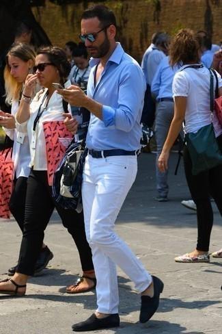 Comment porter des slippers en daim noirs: Harmonise une chemise à manches longues bleu clair avec un jean blanc pour affronter sans effort les défis que la journée te réserve. Jouez la carte classique pour les chaussures et fais d'une paire de des slippers en daim noirs ton choix de souliers.