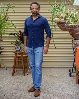 Comment porter un jean bleu clair: Pense à porter une chemise à manches longues bleu marine et un jean bleu clair pour un look de tous les jours facile à porter. Transforme-toi en bête de mode et fais d'une paire de des slippers en daim marron ton choix de souliers.