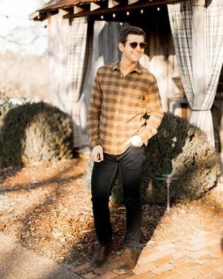 Comment porter: chemise à manches longues en flanelle à carreaux marron clair, jean noir, chaussures derby en cuir marron, lunettes de soleil marron foncé