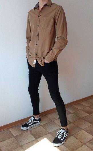 Comment porter une chemise à manches longues marron: Essaie de marier une chemise à manches longues marron avec un jean skinny noir pour une tenue idéale le week-end. Une paire de des baskets basses en toile noires et blanches s'intégrera de manière fluide à une grande variété de tenues.