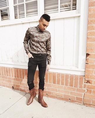 Comment porter: chemise à manches longues imprimée serpent marron, jean skinny noir, bottes western en cuir marron, ceinture en cuir noire