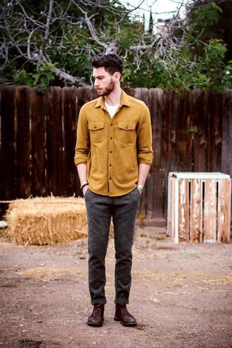 Comment porter: chemise à manches longues moutarde, t-shirt à col rond blanc, pantalon de costume en laine gris foncé, bottines chukka en cuir bordeaux