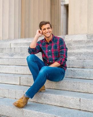 Comment porter: chemise à manches longues écossaise multicolore, jean bleu, bottines chukka en cuir marron clair, chaussettes à rayures horizontales bleu marine et blanc