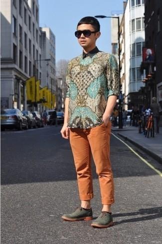 Comment porter: chemise à manches longues imprimée cachemire multicolore, pantalon chino orange, chaussures brogues en cuir olive, lunettes de soleil noires