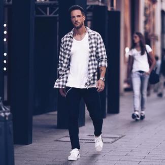 Comment porter: chemise à manches longues en flanelle écossaise noire et blanche, débardeur blanc, jean noir, baskets basses en cuir blanches et noires