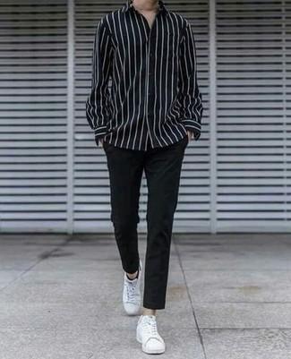 Comment s'habiller à 30 ans: Pour une tenue de tous les jours pleine de caractère et de personnalité harmonise une chemise à manches longues à rayures verticales noire et blanche avec un pantalon chino noir. Une paire de baskets basses en toile blanches est une option avisé pour complèter cette tenue.