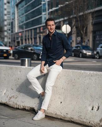 Comment porter: chemise à manches longues noire, jean blanc, baskets basses en cuir blanches