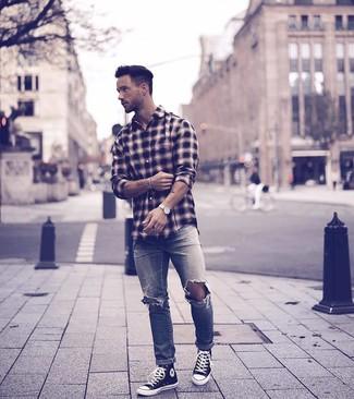 Comment porter: chemise à manches longues écossaise noire, jean déchiré gris, baskets montantes en toile noires et blanches, montre en cuir blanche
