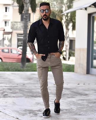 Comment porter: chemise à manches longues noire, jean skinny beige, baskets basses en cuir noires, lunettes de soleil argentées