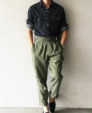 Comment porter un pantalon cargo: Essaie de marier une chemise à manches longues en chambray noire avec un pantalon cargo pour un déjeuner le dimanche entre amis. Une paire de baskets à enfiler en cuir noires est une option parfait pour complèter cette tenue.