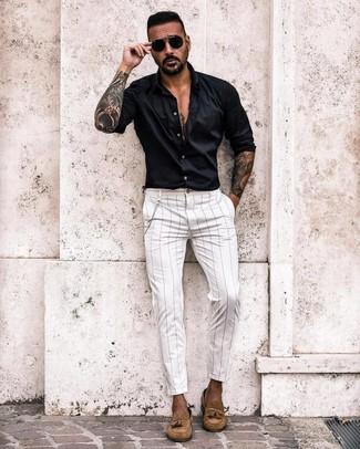 Comment porter: chemise à manches longues noire, pantalon chino à rayures verticales blanc, mocassins à pampilles en daim marron clair, lunettes de soleil noires