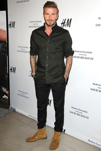 Tenue de David Beckham: Chemise à manches longues noire, Pantalon chino noir, Bottes de loisirs en daim marron clair
