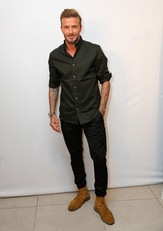 Tenue de David Beckham: Chemise à manches longues noire, Pantalon chino noir, Bottes de loisirs en daim tabac
