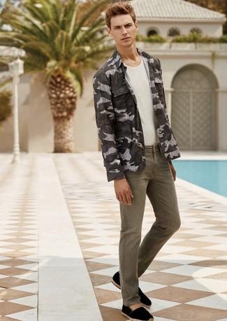 Comment porter: chemise à manches longues camouflage olive, débardeur blanc, jean olive, espadrilles en daim noires