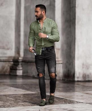 Comment porter une chemise à manches longues olive: Pour une tenue aussi confortable que ton canapé, associe une chemise à manches longues olive avec un jean skinny déchiré noir. Habille ta tenue avec une paire de des mocassins à pampilles en daim vert foncé.