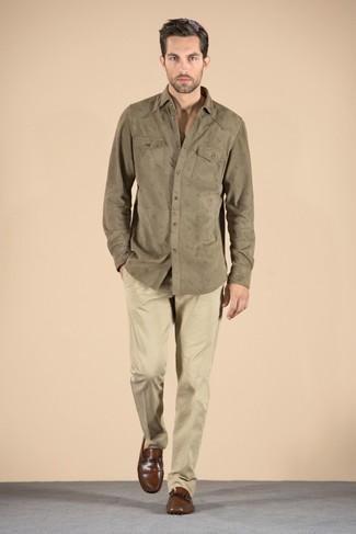 Comment porter: chemise à manches longues olive, pantalon chino marron clair, slippers en cuir marron