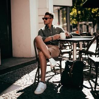 Comment porter: chemise à manches longues en lin olive, short marron clair, baskets basses en cuir blanches, sac à dos en toile noir