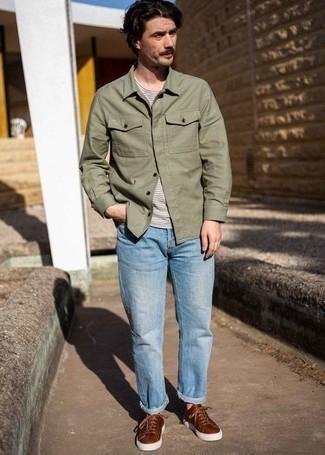 Comment s'habiller après 40 ans: Pense à opter pour une chemise à manches longues olive et un jean bleu clair pour une tenue idéale le week-end. Cette tenue se complète parfaitement avec une paire de baskets basses en cuir marron.