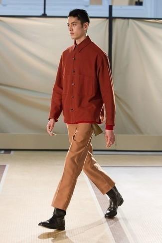 Comment porter des bottines chelsea en cuir noires: Pense à harmoniser une chemise à manches longues orange avec un pantalon chino tabac pour affronter sans effort les défis que la journée te réserve. Une paire de bottines chelsea en cuir noires rendra élégant même le plus décontracté des looks.
