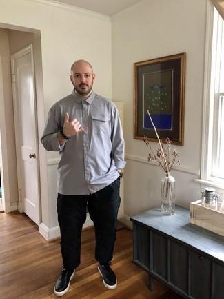 Comment porter une montre en cuir noire: Opte pour une chemise à manches longues grise avec une montre en cuir noire pour un look confortable et décontracté. Jouez la carte classique pour les chaussures et opte pour une paire de des baskets basses en cuir noires.