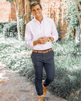 Comment porter: chemise à manches longues rose, pantalon chino gris foncé, baskets à enfiler en cuir tressées marron clair, ceinture en cuir marron clair
