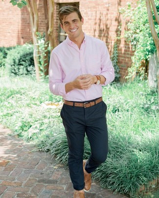Comment porter: chemise à manches longues rose, pantalon chino bleu marine, baskets à enfiler en cuir tressées marron clair, ceinture en cuir marron clair