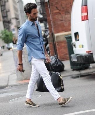 Comment porter une montre dorée: Pour une tenue aussi confortable que ton canapé, porte une chemise à manches longues bleu clair et une montre dorée. Choisis une paire de des baskets à enfiler en toile camouflage olive pour afficher ton expertise vestimentaire.