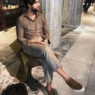 Comment porter un pantalon chino gris: Essaie d'harmoniser une chemise à manches longues marron avec un pantalon chino gris pour affronter sans effort les défis que la journée te réserve. Une paire de baskets à enfiler en daim marron est une option parfait pour complèter cette tenue.