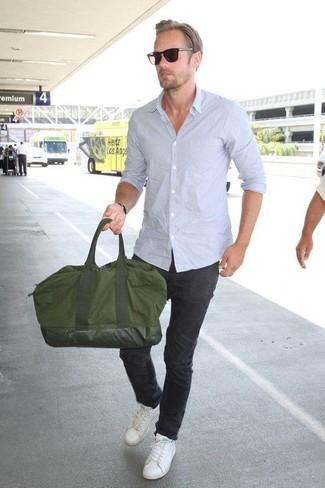 Comment porter: chemise à manches longues bleu clair, pantalon chino noir, baskets basses en cuir blanches, fourre-tout en toile olive