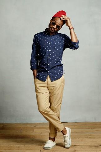 Comment porter: chemise à manches longues imprimée bleu marine, pantalon chino marron clair, baskets basses en toile blanches, bonnet rouge
