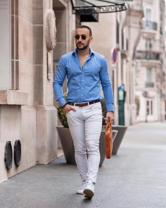 Comment porter une ceinture en toile bleu marine: Pour une tenue aussi confortable que ton canapé, associe une chemise à manches longues bleue avec une ceinture en toile bleu marine. Choisis une paire de des baskets basses blanches pour afficher ton expertise vestimentaire.