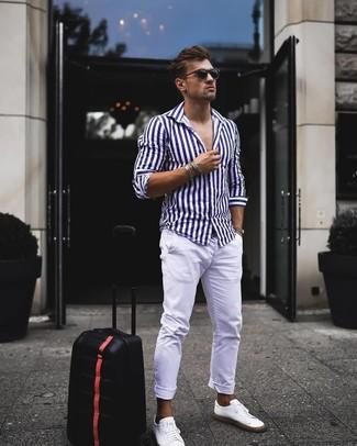 Comment porter: chemise à manches longues à rayures verticales blanc et bleu marine, pantalon chino blanc, baskets basses en cuir blanches, lunettes de soleil noires