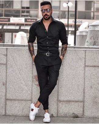Comment porter: chemise à manches longues noire, pantalon chino noir, baskets basses en cuir imprimées blanches, ceinture en cuir noire
