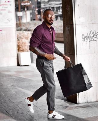 Comment porter: chemise à manches longues pourpre foncé, pantalon chino gris, baskets basses en cuir imprimées blanches, ceinture en cuir noire