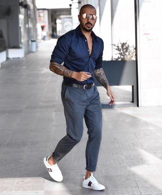Comment porter: chemise à manches longues bleu marine, pantalon chino gris foncé, baskets basses en cuir blanches, ceinture en cuir noire