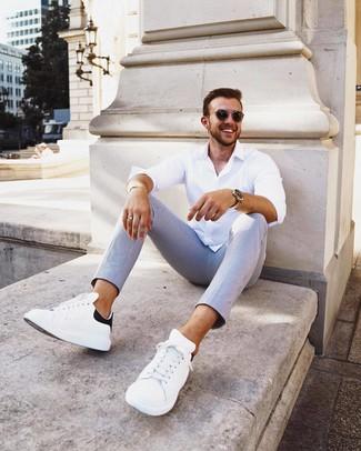 Comment porter: chemise à manches longues blanche, pantalon chino à rayures verticales bleu clair, baskets basses en cuir blanches et noires, lunettes de soleil noires