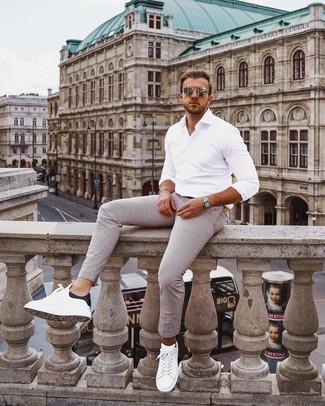 Comment porter: chemise à manches longues blanche, pantalon chino à rayures verticales blanc, baskets basses en cuir blanches et noires, lunettes de soleil dorées