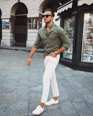 Comment porter une chemise à manches longues olive: Pour une tenue de tous les jours pleine de caractère et de personnalité pense à opter pour une chemise à manches longues olive et un pantalon chino blanc. Tu veux y aller doucement avec les chaussures? Complète cet ensemble avec une paire de des baskets basses blanches pour la journée.