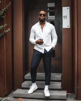 Comment porter des lunettes de soleil noires: Choisis une chemise à manches longues blanche et des lunettes de soleil noires pour un look confortable et décontracté. Apportez une touche d'élégance à votre tenue avec une paire de des baskets basses en cuir blanches.