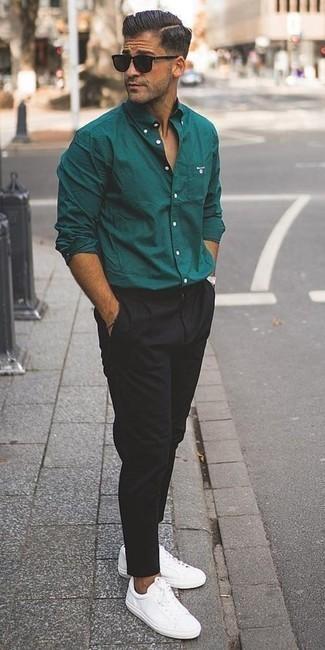 Tendances mode hommes: Harmonise une chemise à manches longues vert foncé avec un pantalon chino noir pour un déjeuner le dimanche entre amis. Une paire de des baskets basses en cuir blanches apporte une touche de décontraction à l'ensemble.