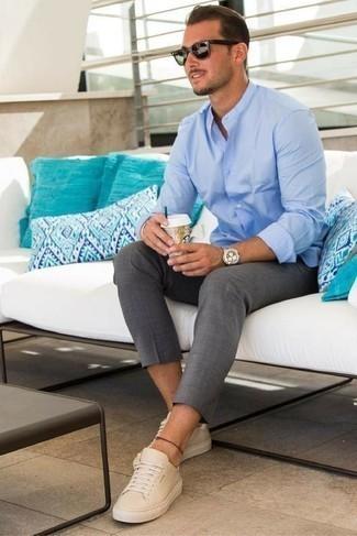 Comment porter une chemise à manches longues bleu clair: Pour une tenue de tous les jours pleine de caractère et de personnalité porte une chemise à manches longues bleu clair et un pantalon chino gris. Jouez la carte décontractée pour les chaussures et termine ce look avec une paire de des baskets basses en cuir beiges.