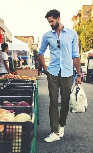 Comment porter une chemise à manches longues bleu clair: Opte pour une chemise à manches longues bleu clair avec un pantalon chino olive pour une tenue confortable aussi composée avec goût. Jouez la carte décontractée pour les chaussures et choisis une paire de des baskets basses en toile beiges.