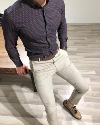 Comment porter une chemise à manches longues á pois bleu marine: Essaie de marier une chemise à manches longues á pois bleu marine avec un pantalon chino gris pour une tenue idéale le week-end. Une paire de des baskets basses en daim beiges s'intégrera de manière fluide à une grande variété de tenues.