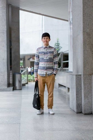 Comment porter une chemise à manches longues avec un pantalon chino: Associe une chemise à manches longues avec un pantalon chino pour une tenue idéale le week-end. Une paire de des baskets basses en toile blanches apporte une touche de décontraction à l'ensemble.