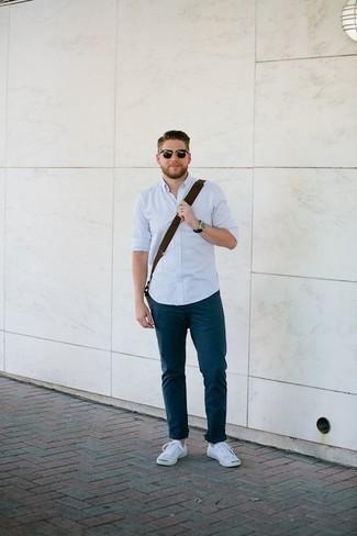 Tendances mode hommes: Choisis une chemise à manches longues bleu clair et un pantalon chino bleu marine pour un look de tous les jours facile à porter. Si tu veux éviter un look trop formel, opte pour une paire de des baskets basses en toile blanches.